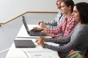 Laptop HP 250 G7to ciekawa propozycja zarówno dla właściciela firmy, jak i młodego nastolatka